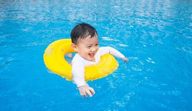 4 Manfaat Mengajarkan Anak Berenang Sejak Dini