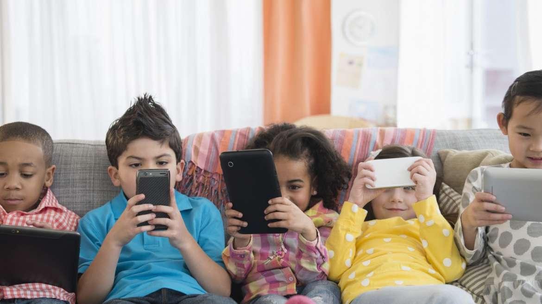 Gunakan Cara ini Jika Si Kecil Terlalu Asyik Bermain Gadget!