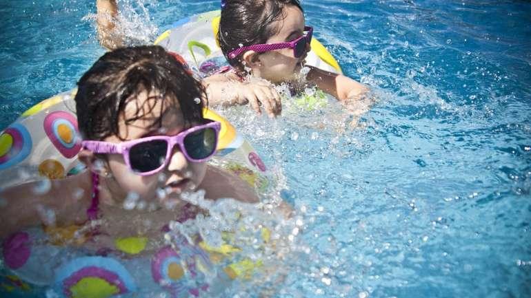 Tips Mengajak Sang Buah Hati Berenang ke Pemandian Umum